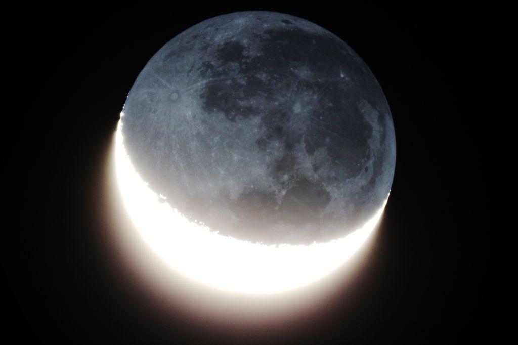 Luz cenicienta en la parte oscura de la luna, tomada desde Isabela, PR (Crédito: Observatorio Guajataca)