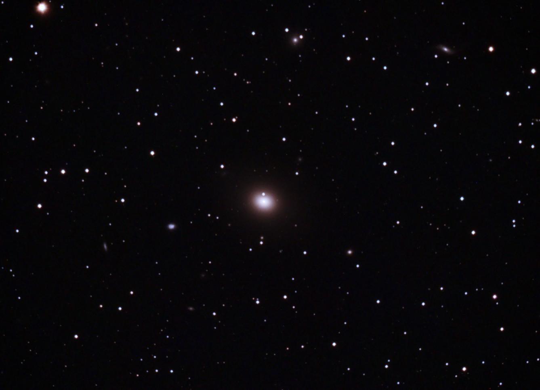 Messier 49 en Virgo (Crédito: Gustavo Sánchez/Observatorio Guajataca)