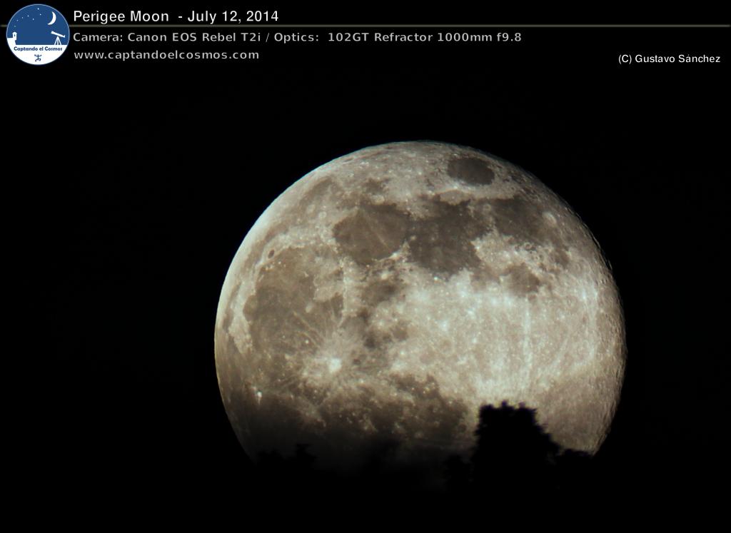 """La luna llena de hoy en perigeo. Este evento ocurre cuando la luna se encuentra en el punto más cercano de la Tierra a lo largo de su órbita. En consecuencia, se ve ligeramente más grande y brillante de lo usual. Comúnmente, a esto se le conoce como una """"Super Luna""""."""