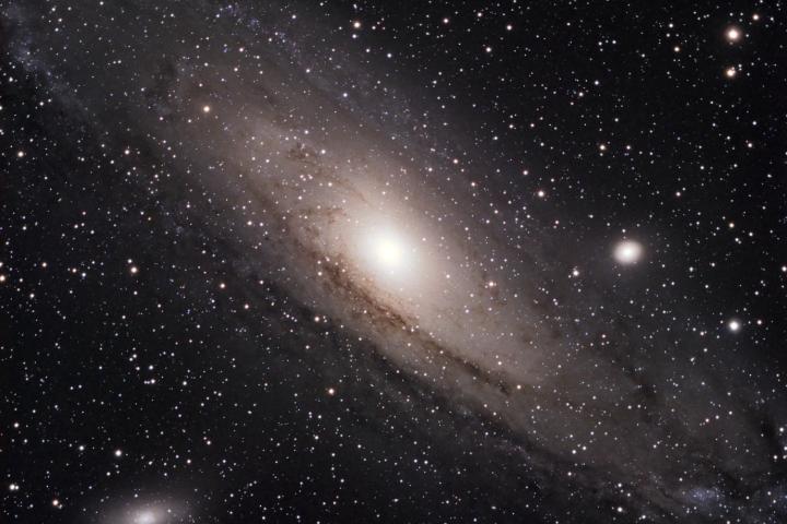 Messier 32 - Galaxia Elíptica en Andrómeda. Messier 32 se encuentra en esta imagen justo al lado derecho de Messier 31 (la galaxia principal). Crédito: Gustavo Sánchez/Captando el Cosmos