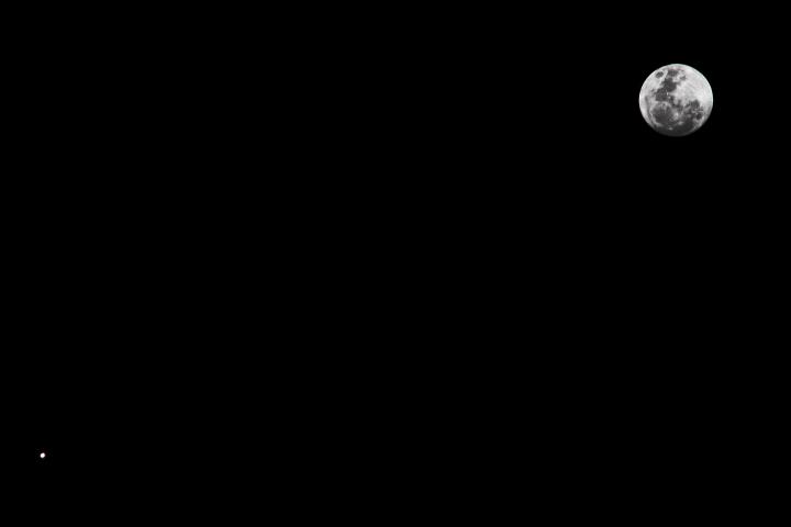 Conjunción del planeta Júpiter con sus lunas y la Luna, tomada con un lente Canon IS 55-250 @ 250mm y mi Canon EOS Rebel T2i. Combinación de una exposición de 1/250 a ISO 100 (para la Luna) y una de 1/20 a ISO 1600 (para capturar las lunas de Júpiter). Tomado desde Isabela, PR. Crédito: Gustavo Sánchez/Captando el Cosmos